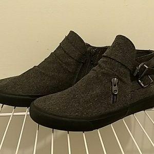 Blowfish, grey felt shoes. Zip closure. Cute.